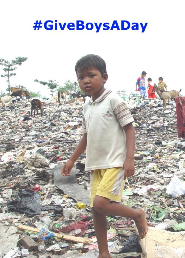 Junge arbeitet auf Müllkippe